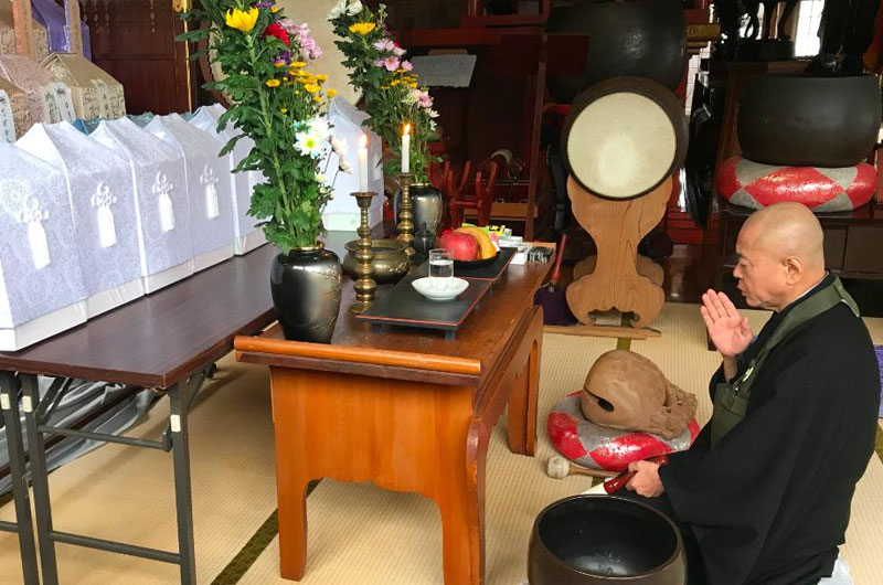 Priest Ryosen Kojima praying